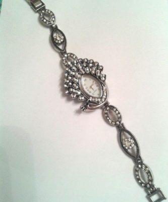 Antik ezüst színű, kristályos karkötőóra